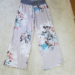 NEW 1X FLORAL ON BEIGE PANTS BY LILLY POSH
